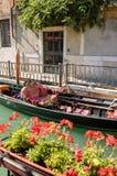 Gondole sur un canal latéral coloré à Venise photo stock