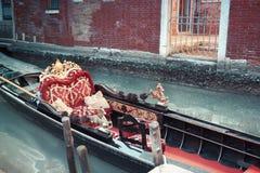Gondole traditionnelle décorée en rouge et d'or dans un canal de vert de Venise, Italie image libre de droits