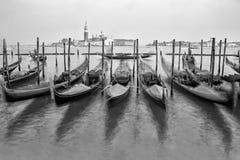 Gondole tradizionali a Venezia in bianco e nero Immagine Stock Libera da Diritti
