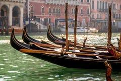Gondole unosi się na kanał grande w Wenecja Obraz Stock