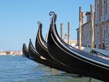 Gondole vénitienne près de grand dos de San Marco Images stock