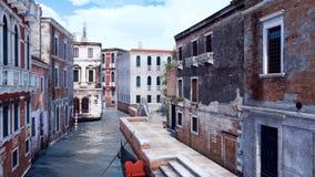 Gondole vénitienne vide sur un canal à Venise, Italie illustration de vecteur
