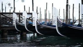 Gondole a Venezia che ondeggia sulle onde Tempo nuvoloso archivi video