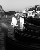 Gondole a Venezia in Italia durante l'alta marea Immagini Stock