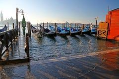 Gondole a Venezia in Italia durante l'alta marea Fotografia Stock