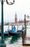 Gondole veneziane con alta marea Fotografie Stock