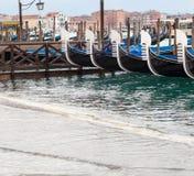 Gondole veneziane con alta marea Fotografia Stock