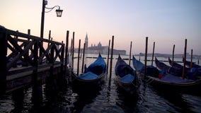 Gondole w Wenecja w moning Na tła San Giorgio Maggiore wyspa jest widoczna