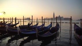 Gondole w Wenecja w moning Na t?a San Giorgio Maggiore wyspa jest widoczna