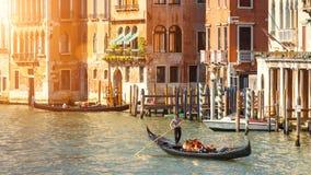 Gondole z turystami żegluje wzdłuż kanał grande, Wenecja Obraz Stock
