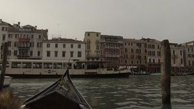 Gondole z turystami na wycieczce przez przesmyka kanału w Wenecja, Włochy zdjęcie wideo