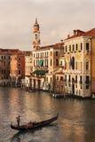 Gondoleer в свете золота, Венеции Италии Стоковая Фотография