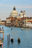 2 Gondoleers на грандиозном канале, Венеция Италия Стоковое Фото