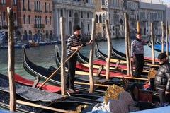 Gondoleiros em Grand Canal em Veneza, Itália Imagens de Stock