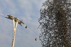 Gondolelevator med klar himmel över Kontur av luft-kabel bilar Royaltyfria Foton