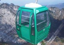 Gondolelevator på det snöig berget Royaltyfria Bilder
