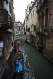 Gondolen parkerar på Venedig Arkivbild