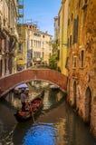 Gondolen turnerar i Venedig, Italien Arkivfoton