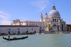 Gondolen turnerar i Venedig Italien Royaltyfria Bilder