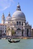 Gondolen turnerar i Venedig Italien Royaltyfria Foton