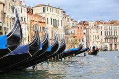 Gondolen turnerar i Venedig Italien Fotografering för Bildbyråer