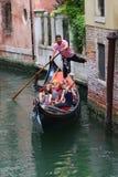 Gondolen turnerar i Venedig Italien Royaltyfri Foto