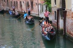 Gondolen turnerar i Venedig Italien Arkivfoto