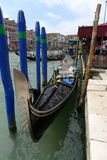 Gondolen turnerar i Venedig Italien Arkivbild
