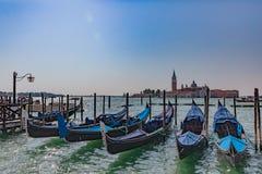 Gondoler av St-fläckfyrkanten och San Giorgio Maggiore i Venedig, fotografering för bildbyråer