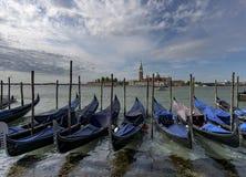 Gondoler framme av ön av San Giorgio Arkivfoton