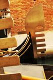 Gondoler i gula toner, Venedig, Italien Arkivbilder