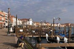 Gondoler i hamn i Venedig Arkivfoton
