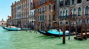Gondoler i kanal för lagunVenedig Italien tusen dollar Royaltyfri Foto