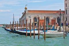 Gondoler i rad nära basilikan i Venedig, Italien Royaltyfri Bild