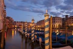 Gondoler i Venedig på skymning Arkivfoto