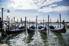 Gondoler i Venedig, sommartid för storslagen kanal italy Arkivfoton
