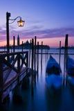 gondoler markerar den förtöjde s-saintfyrkanten venice Royaltyfri Foto