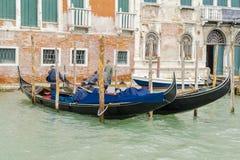Gondoler med gondoljärer i Venedig Arkivbilder