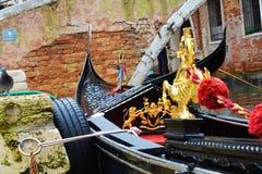 Gondoler mot tegelstenarna, Venedig, Italien Arkivbild