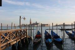 Gondoler och ön av San Giorgio Arkivbilder