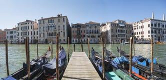 Gondoler och gamla slottar på Grand Canal i Venedig, Italien Royaltyfria Foton
