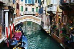 Gondoler och upplysta gatalampor, Venedig, Italien Royaltyfri Bild