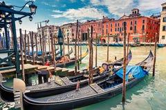 Gondoler på den storslagna kanalen i Venedig royaltyfri bild