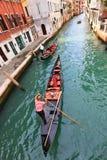 Gondoler på en Venetian kanal Arkivfoton