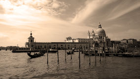 Gondoler på Grand Canal i Venedig, sepia Royaltyfria Foton