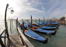 Gondoler på hamnplatsen arkivfoto