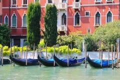 Gondoler på hytten av Grand Canal Arkivfoto