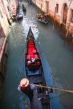 Gondoler på kanalen i Venedig, Italien Royaltyfri Foto