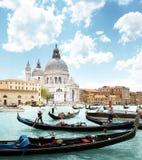 Gondoler på kanalen och basilikan Santa Maria della Salute, Venedig, Arkivfoto