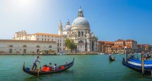 Gondoler på kanalen som är stor med basilikadi Santa Maria, Venedig, Italien royaltyfri foto